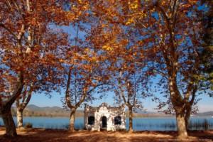 Tardor a l'estany, vista d'una de les casetes de l'estany anomenades