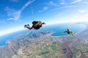 Juli Sargatal - Salt en paracaigudes amb la badia de Roses al fons