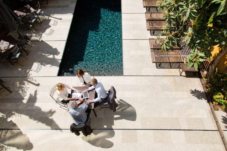 Persones fent negocis a la terrassa d'un hotel, imatge Oscar Vall