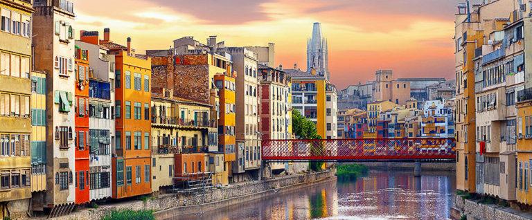 Vista de Girona, cases del riu Onyar amb el pont de les peixateries al fons